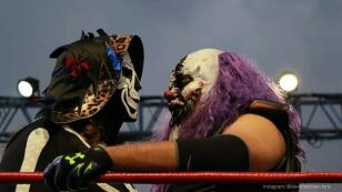 la parka y dave the clown arriba del ring