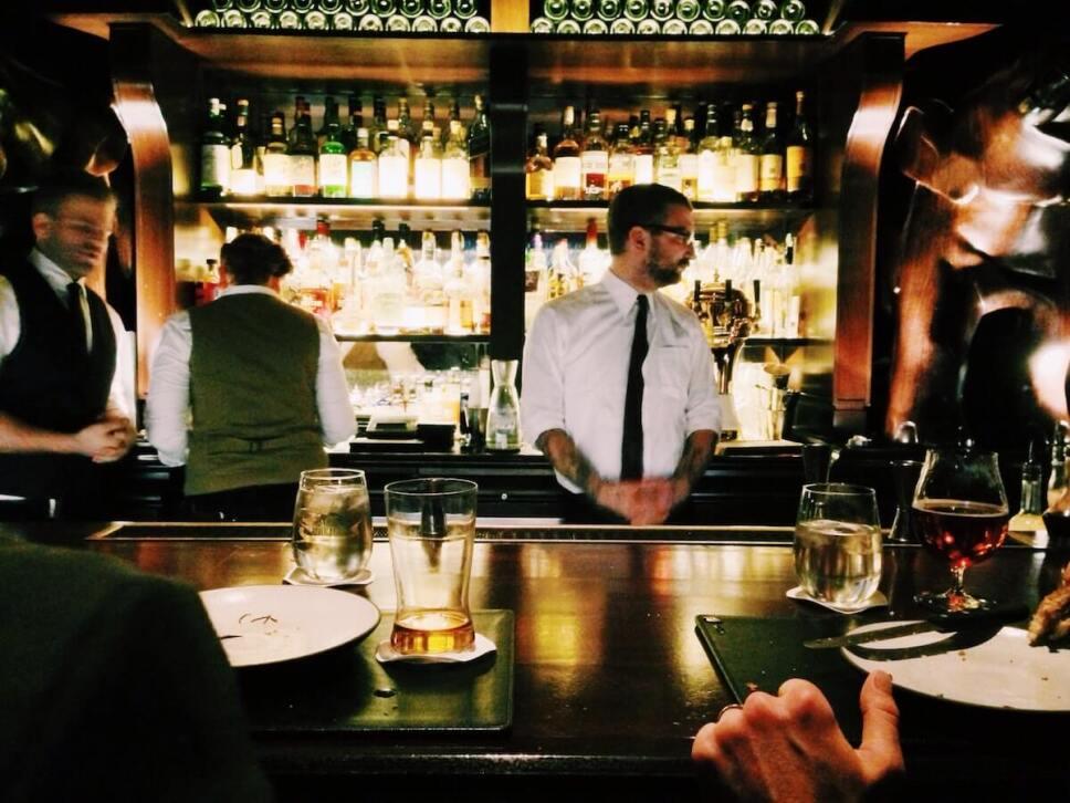 bartender en barra cocteleria en mexico