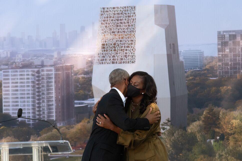 El expresidente de Estados Unidos, Barack Obama, abraza a la exprimera dama Michelle Obama durante la ceremonia de inauguración del centro presidencial de Obama en Jackson Park, en Chicago, Illinois, Estados Unidos, el 28 de septiembre de 2021.