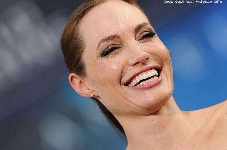 Nació el 4 de junio de 1976 en Los Ángeles, y además de ser actriz es también modelo, filántropa, actriz de voz, directora y guionista.
