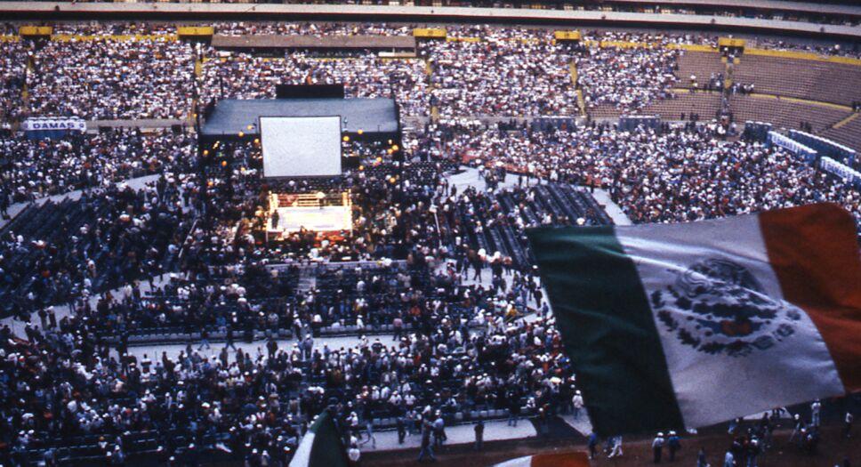 Julio César Chávez llenó el Estadio Azteca