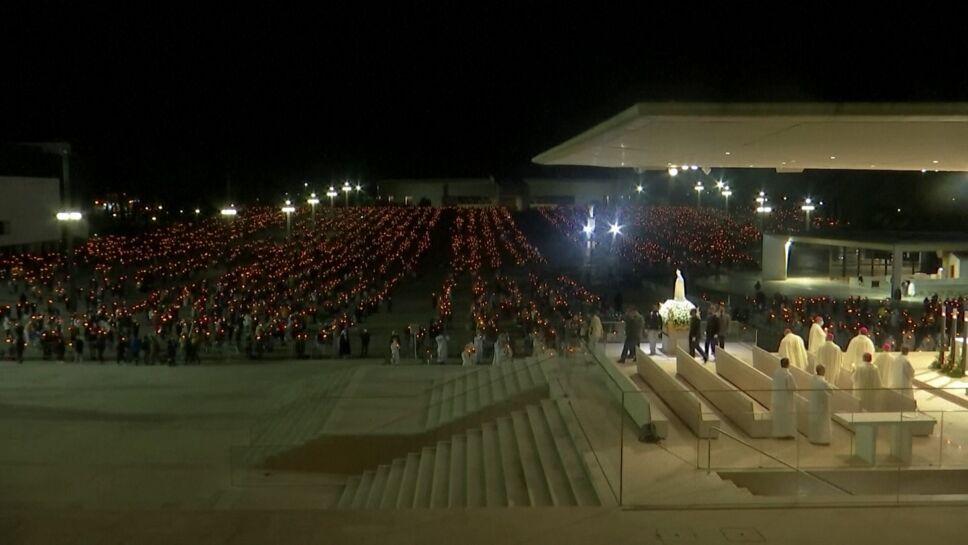 Miles visitan a la Virgen de Fátima en Portugal.