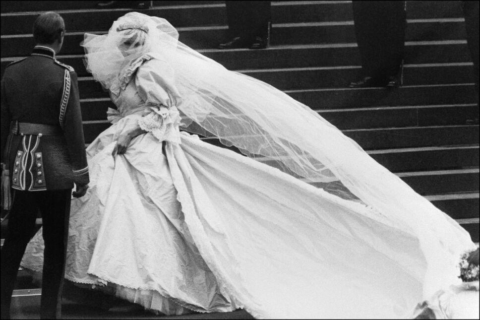 lady di con su vestido en las escaleras