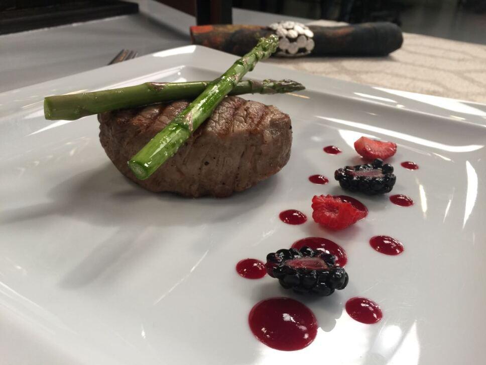Medallones de res con salsa de vino tinto y frutos rojos