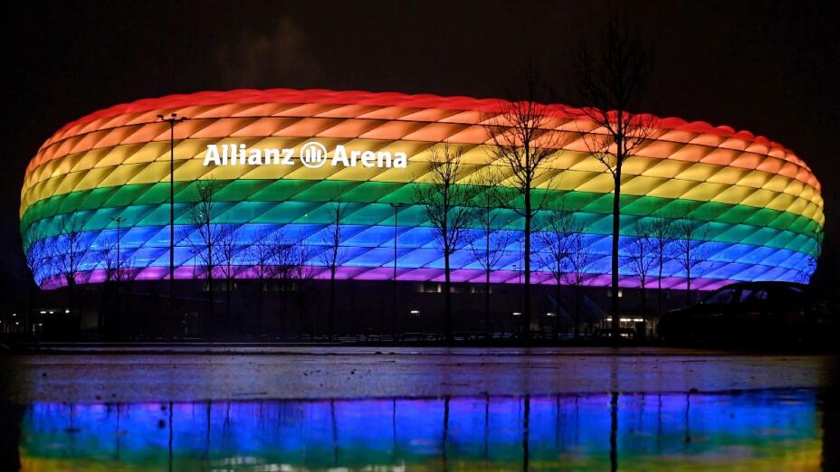 Allianz Arena con colores del arco iris
