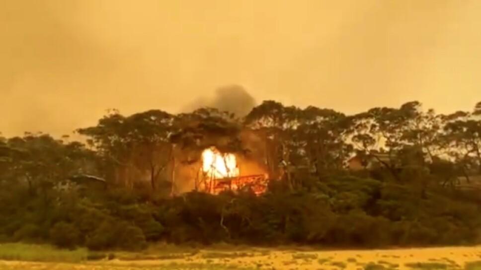 Foto de archivo. Una vista de una explosión después de que los incendios forestales prendieran una casa en Rosedale, Nueva Gales del Sur, Australia