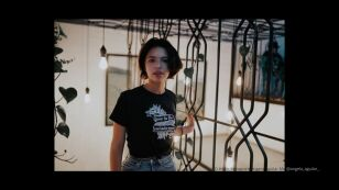 Ángela Aguilar en jeans y camiseta.