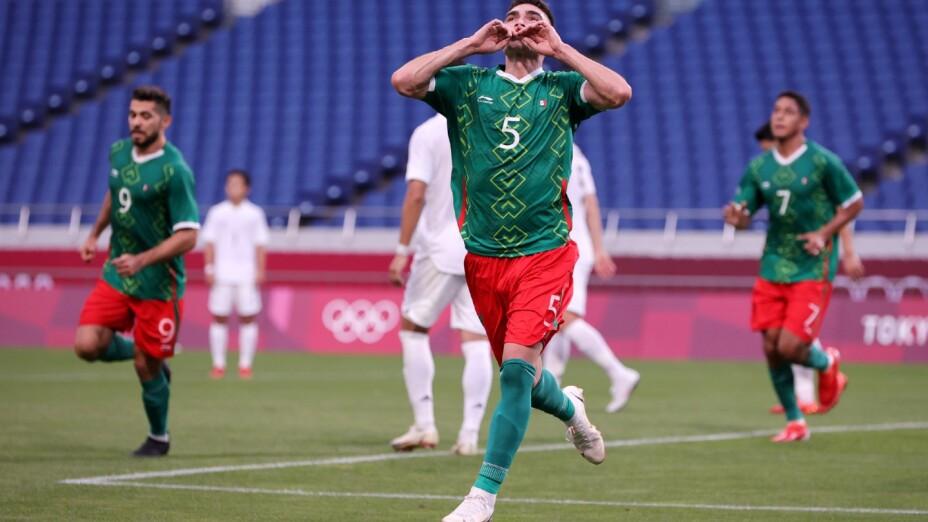 Johan Vásquez celebra un gol en Tokyo 2020
