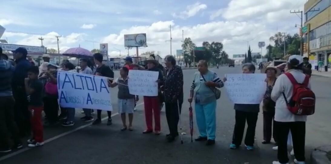 Adultos mayores bloquean la antigua carretera México-Pachuca a la altura de Tizayuca