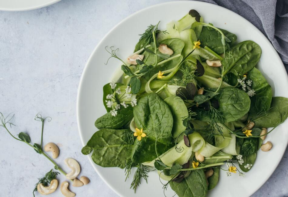 Evitar las proteínas. Para mantener un equilibrio en la alimentación, en las ensaladas se deben combinar  verduras, proteínas y un poco de carbohidrato. Así que comer solo las verduras podría ser un alimento poco completo.