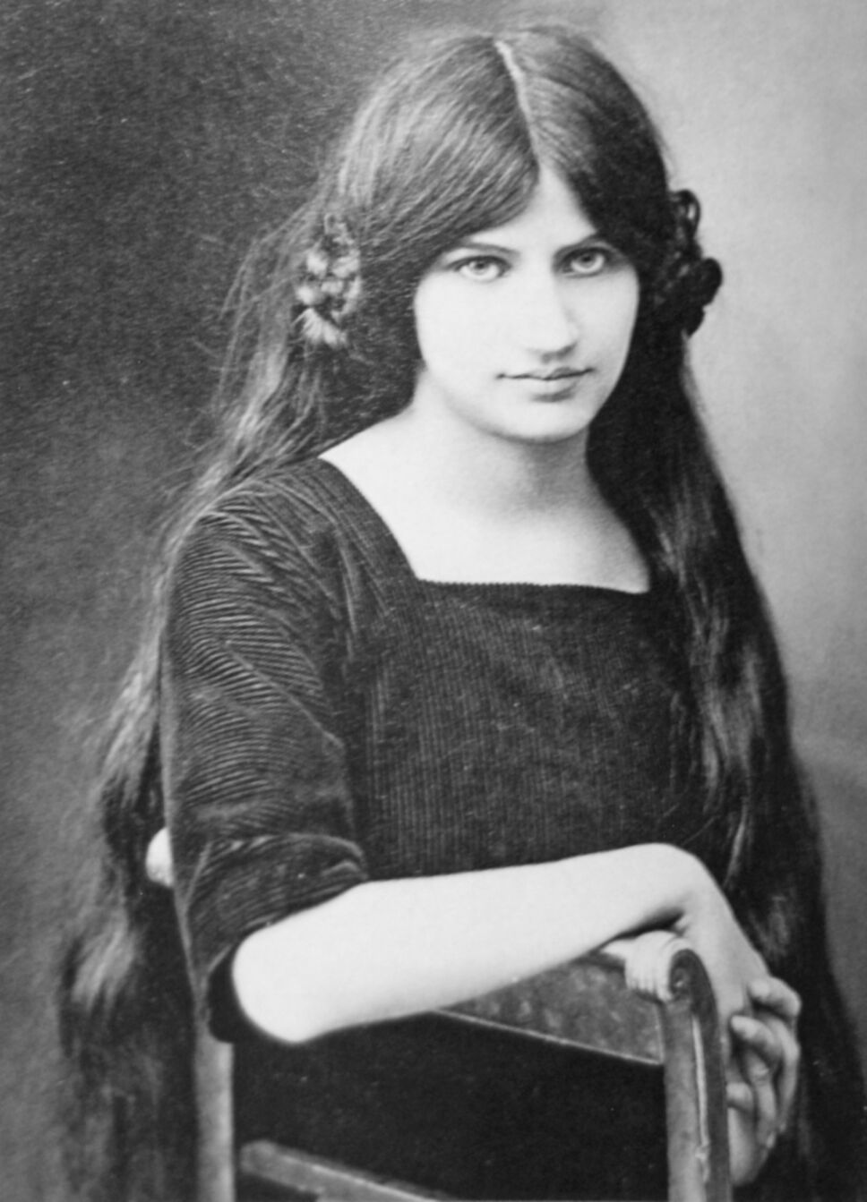 Jeanne-hebuterne-at-19-years-Amedeo-modiglian.jpg