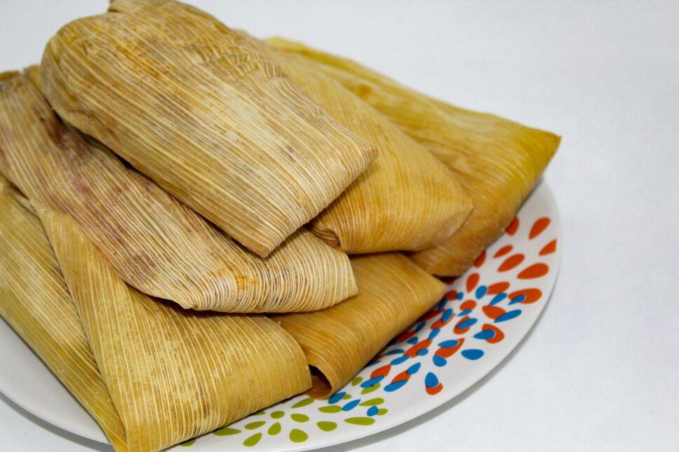 En el Día de la Candelaria, 2 de febrero, los mexicanos acostumbran reunirse para comer tamales y atole o champurrado, los cuales son llevados a la mesa por la persona a quien le salió el muñeco en la Rosca de Reyes.