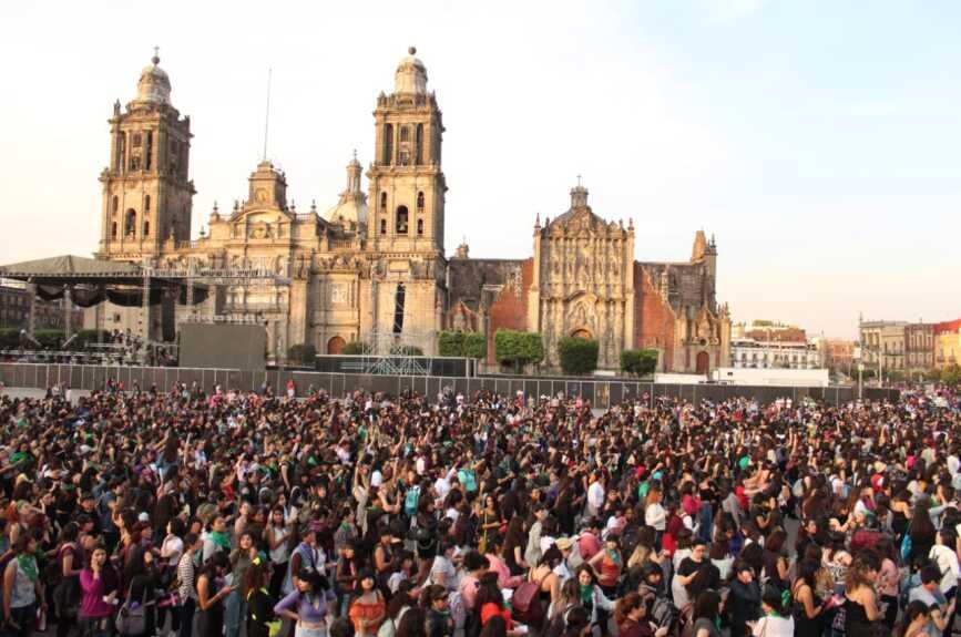 Grupos feministas realizaron en la explanada del Zócalo de la CDMX el performance Un Violador En Tu Camino, creado por Las Tesis en Chile