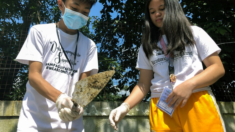 """Estudiantes recogen excremento de perro para fabricar """"bioladrillos"""", Quezon City, Metro Manila"""