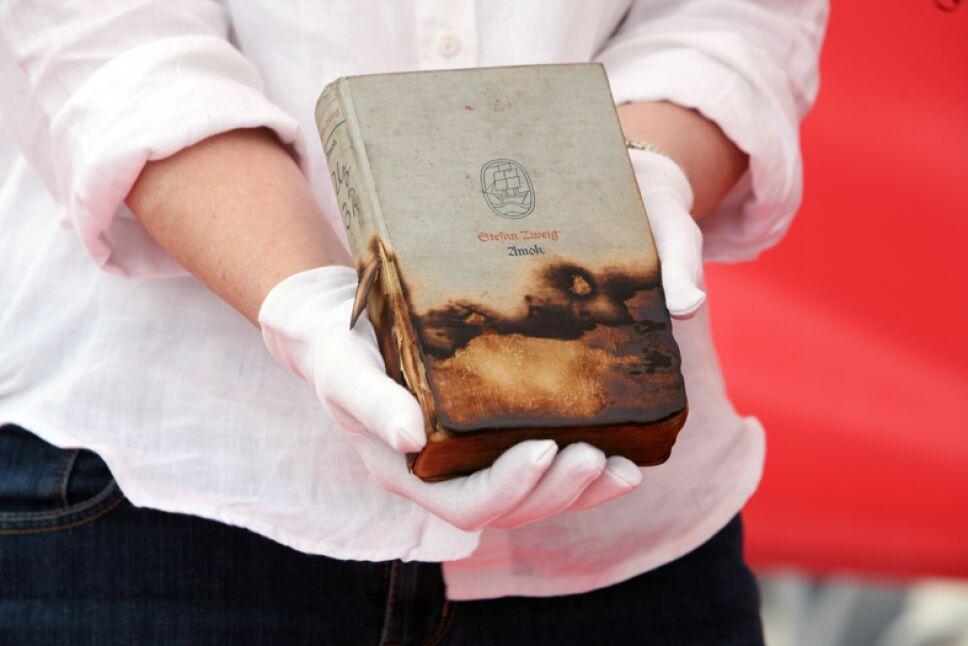 ejemplar recuperado de la quema de libros