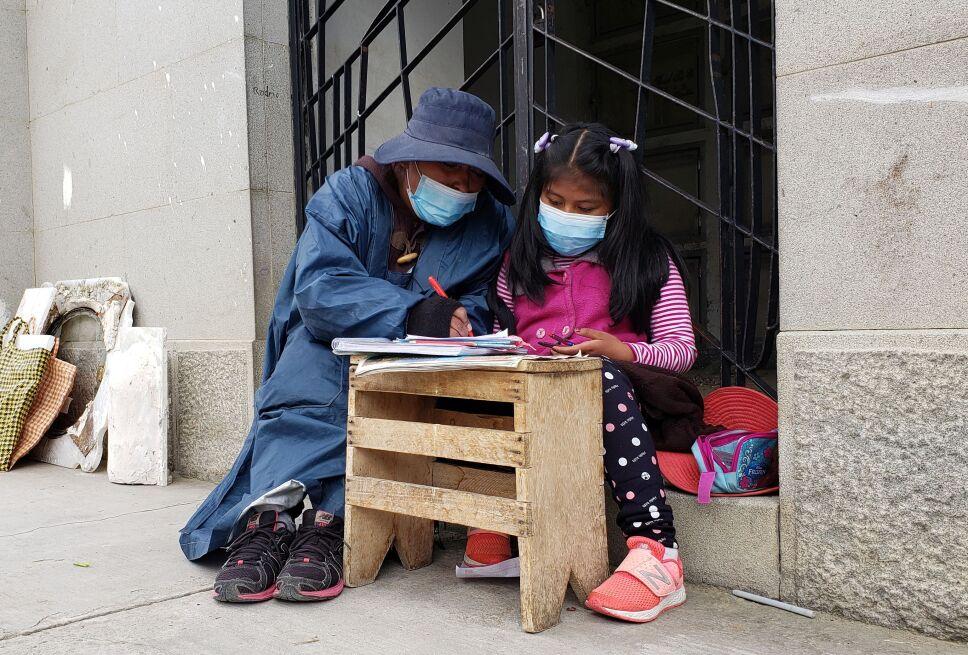 La niña toma clases en el Cementerio General de La Paz
