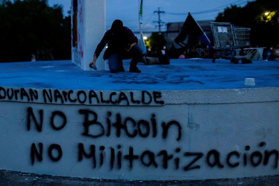 FOTO DE ARCHIVO: Un hombre participa en una protesta contra el uso del Bitcoin como moneda de curso legal, en San Salvador, El Salvador, el 1 de septiembre de 2021. REUTERS / José Cabezas / Foto de archivo