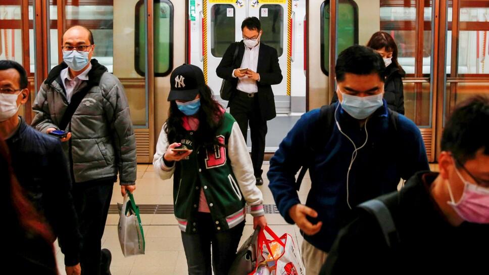 FOTO DE ARCHIVO. Personas con mascarillas tras el brote de un nuevo coronavirus, durante su viaje matutino en una estación, en Hong Kong