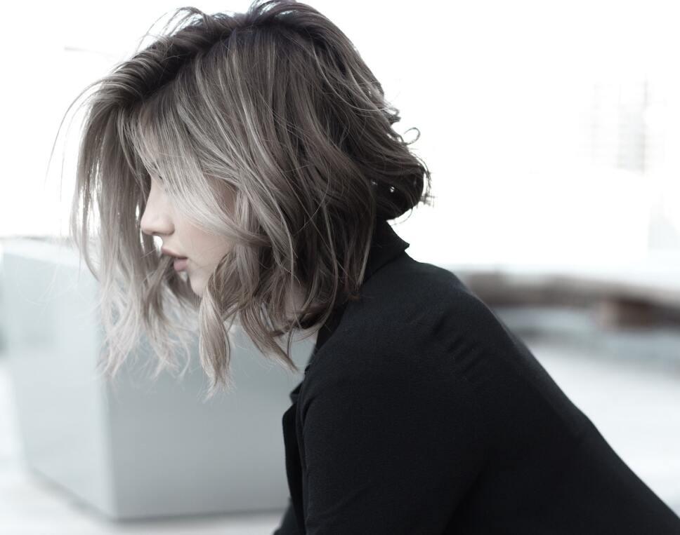 mujer con cabello corto