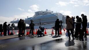 Miembros de los medios de comunicación se reúnen cerca del crucero Diamond Princess en la Terminal de Cruceros del Muelle Daikoku en Yokohama