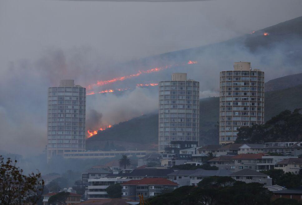Incendio destruye la Montaña de la Mesa, en Sudáfrica
