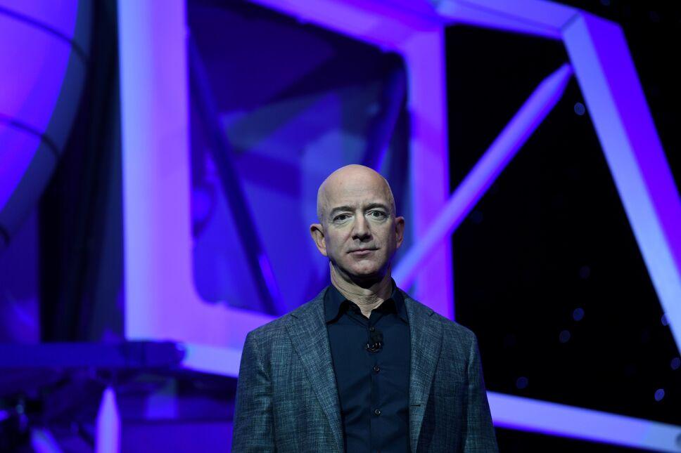 FOTO DE ARCHIVO: El fundador, director ejecutivo y presidente de Amazon, Jeff Bezos, presenta el cohete de aterrizaje lunar de exploración espacial de su compañía espacial Blue Origin llamado Blue Moon durante un evento de presentación en Washington DC, el 9 de mayo de 2019.