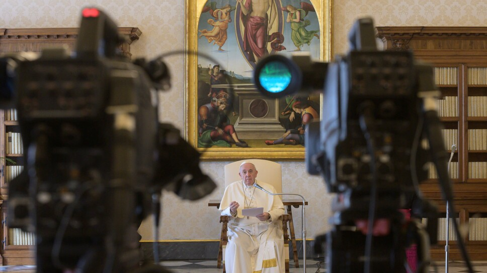 El papa Francisco habla en su audiencia general, mientras es transmitida por video a través de internet desde la biblioteca del Vaticano.