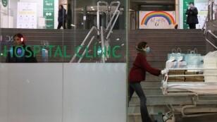 Trabajadores sanitarios recogen comida de Delivery 4 Heroes en camillas en el hospital Clinic en Barcelona