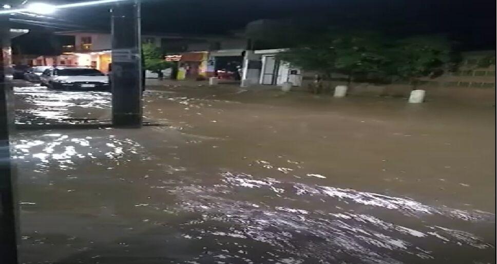 Calles inundadas tras tormenta eléctrica en Oaxaca.png