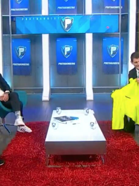 Iker Casillas y Jorge Campos intercambian playeras.png