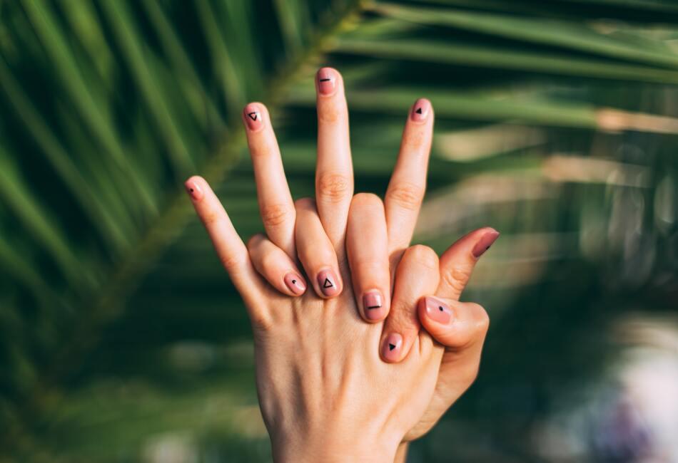Cuida tu alimentación. La alimentación es vital para el bienestar de nuestras uñas, por eso es muy importante consumir alimentos ricos en vitamina A y B como zanahorias, pimientos, almendras y nueces.