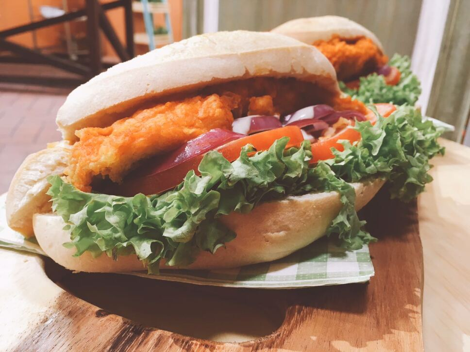 Sándwich de pollo buffalo, cocineros mexicanos