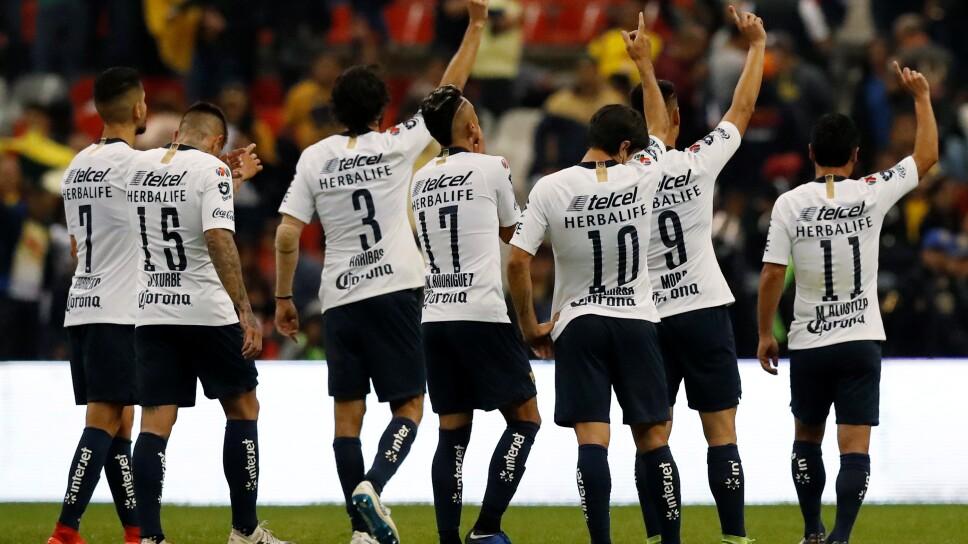 Foto de archivo de jugadores de Pumas agradeciendo a sus aficionados tras un partido del torneo mexicano