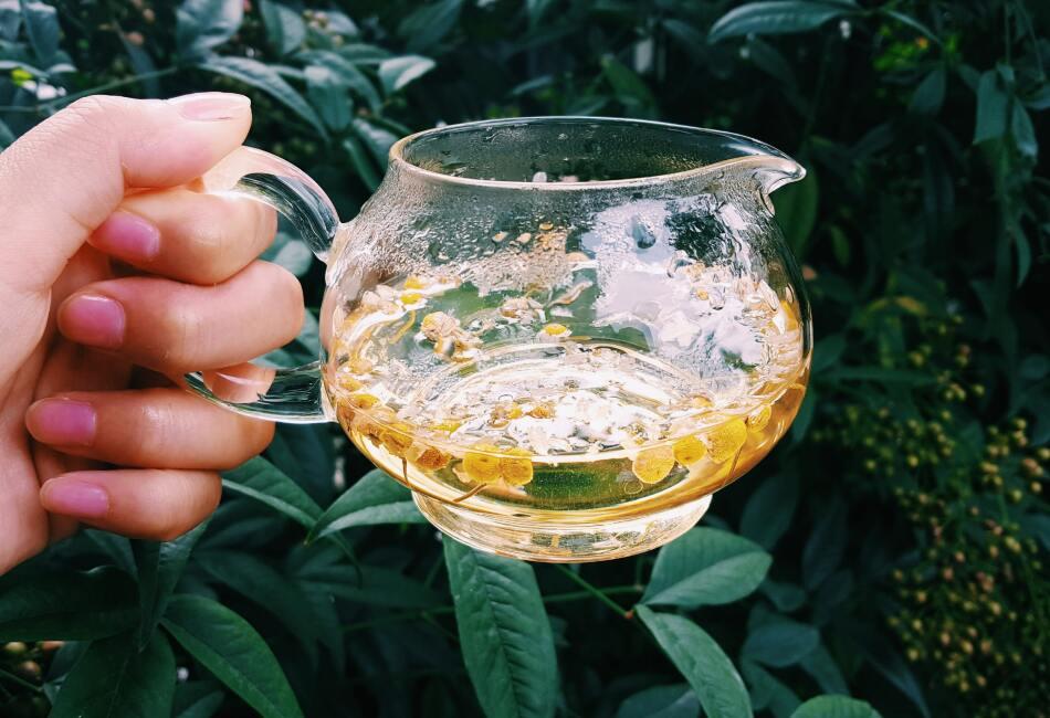 Manzanilla. En una taza pequeña, prepara un poco de té de manzanilla. Esto lo puedes hacer con la flor o una bolsita de té