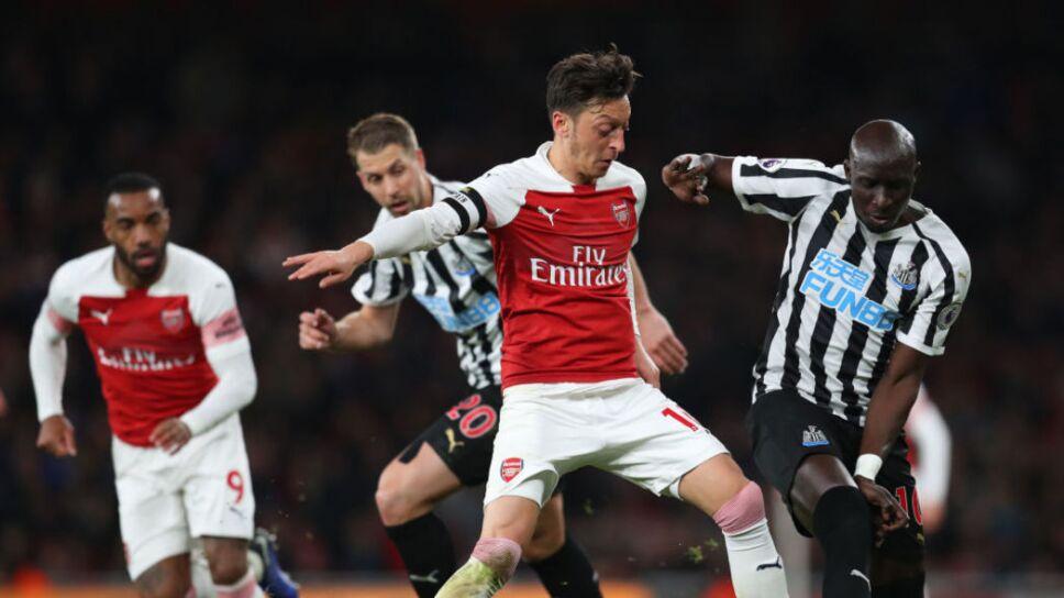 Mesut Özil acusa de desleal al Arsenal