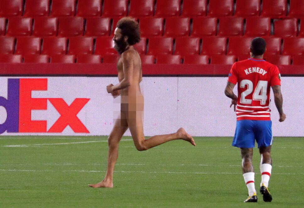 Aficionado desnudo en estadio del Granada
