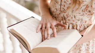 10 libros que debes tener en tu estante si eres amante de la moda
