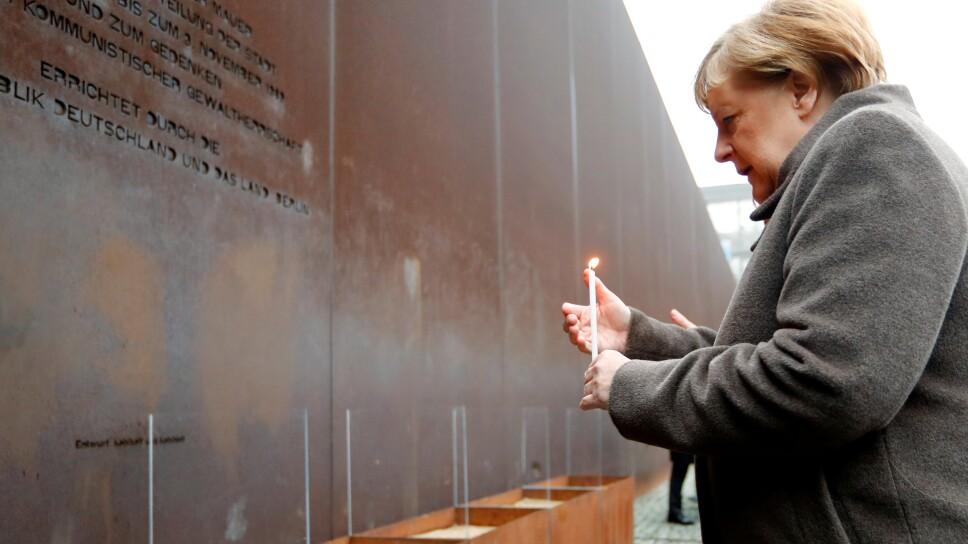 La canciller alemana Angela Merkel enciende una vela en el memorial del Muro en Bernauer Strasse en Berlín durante una ceremonia que conmemora el 30º aniversario de la caída del Muro, Alemania, el 9 de noviembre de 2019