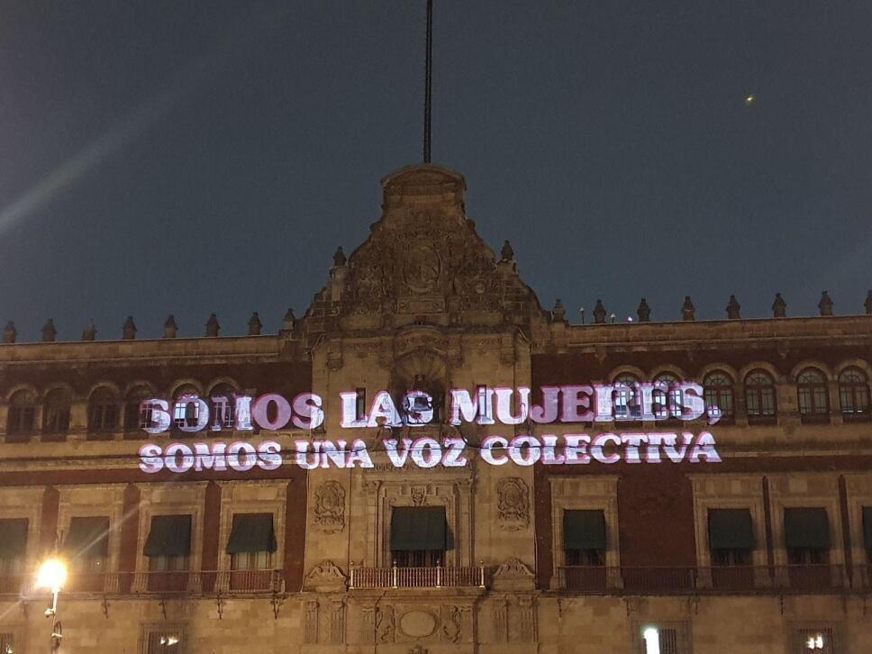 """AMLO date cuenta"""": Proyectan más frases en Palacio Nacional"""