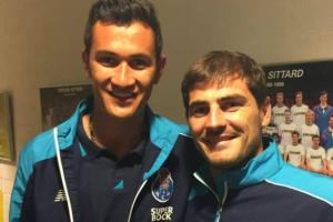 Iker Casillas con Raúl Gudiño.png