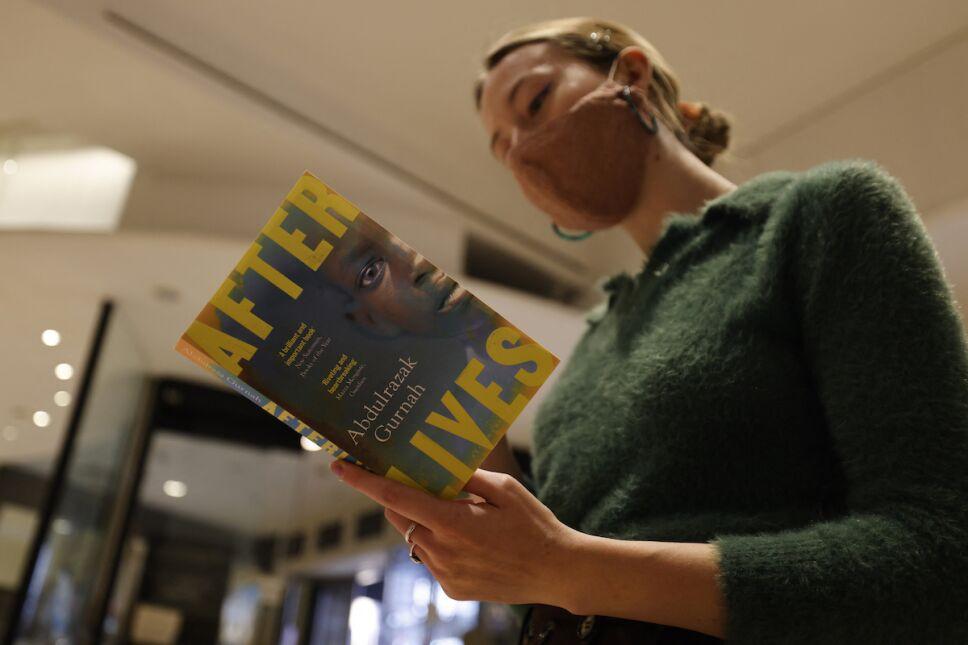 mujer leyendo after lives de abdularazak gurnah nobel