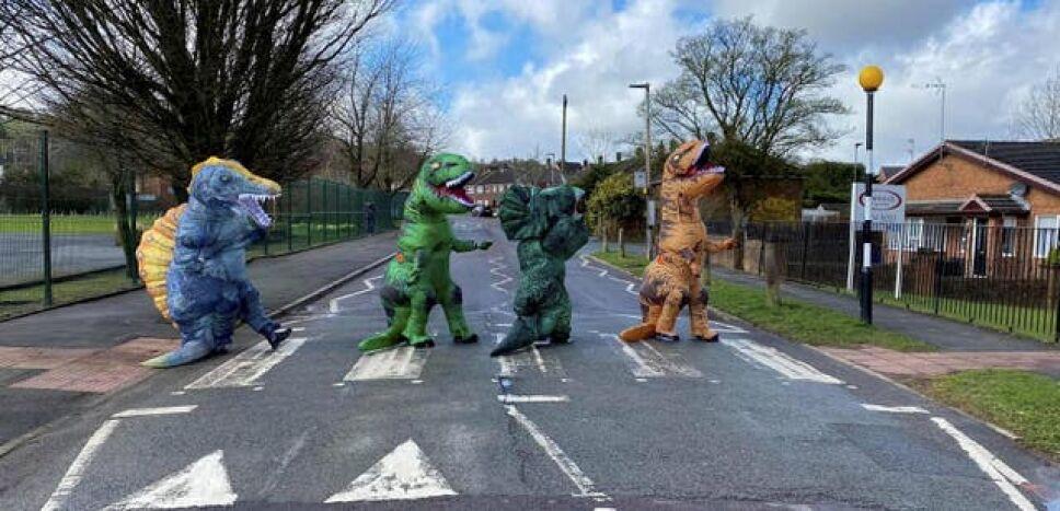 Grupo de mamás con los disfraces de dinosaurios .jpg