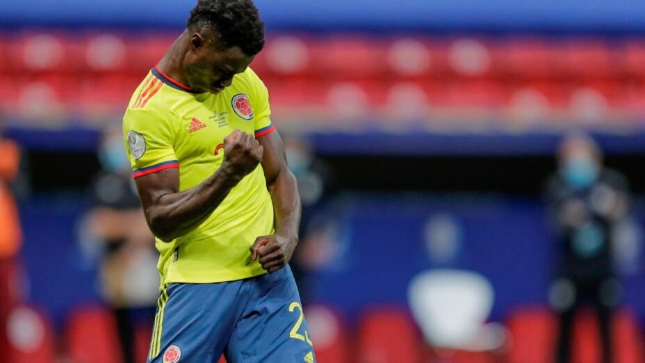 Davinson Sánchez celebra con la Selección de Colombia