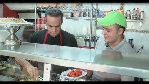 José Joel deja de lado la actuación para servir y cocinar en una fonda.