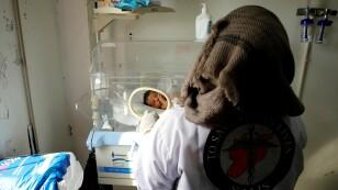 Una enfermera revisa a un bebé prematuro en un hospital de maternidad en Idlib
