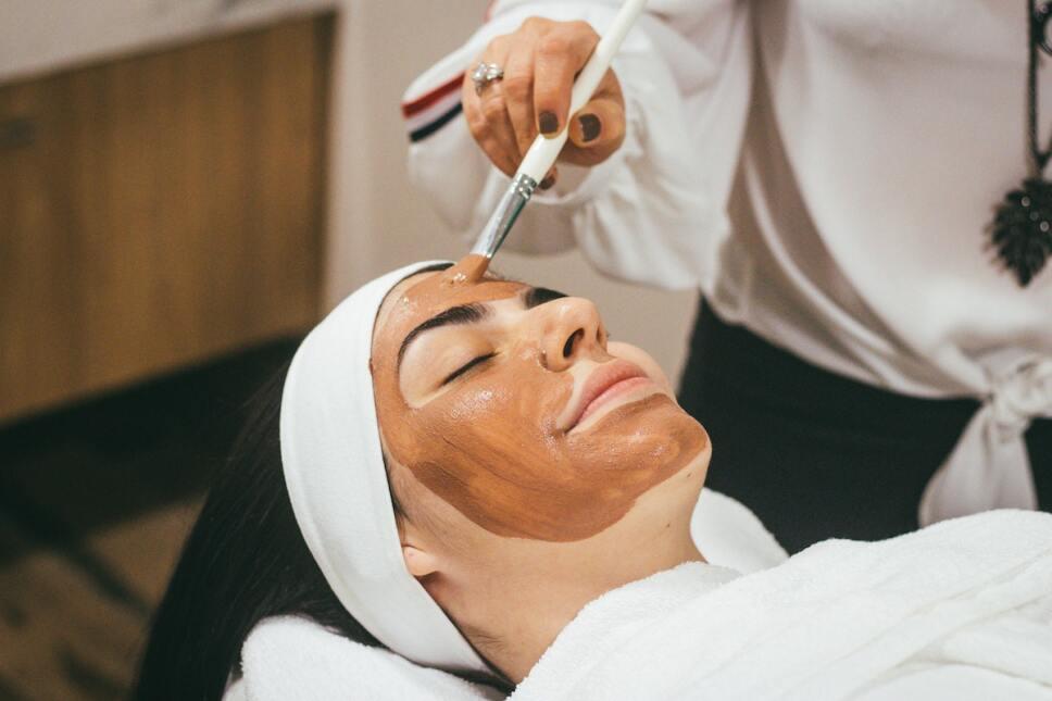 mujer aplicandose un facial