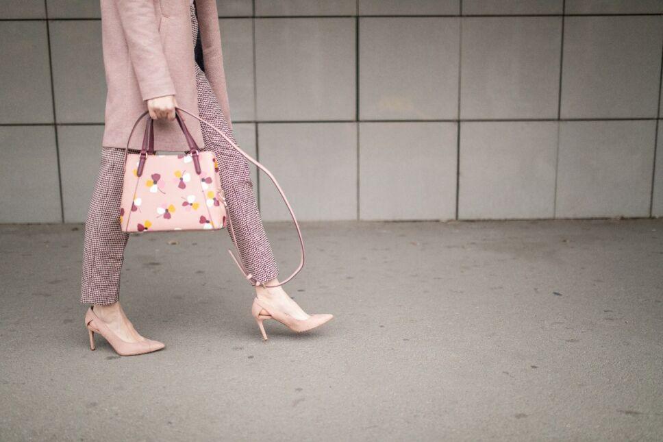 5 looks para llevar la tendencia del momento, Jeans rosas