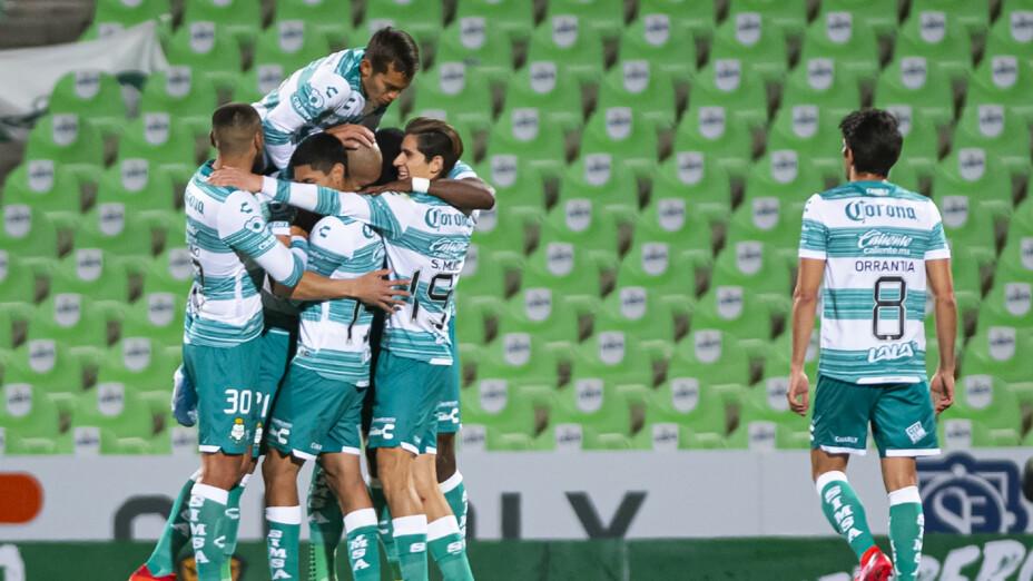Jugadores de Santos Laguna celebran un gol