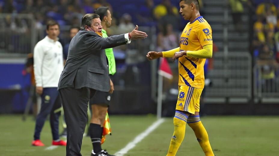 Miguel Herrera dirige un juego con Tigres