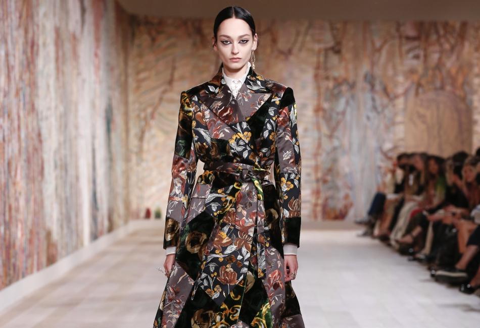 Es por eso que en la colección de Dior otoño-invierno 2021 podemos ver tejidos, bordados, transparencias y botas.